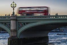 London-Bus auf Westminster-Brücke Lizenzfreie Stockfotografie