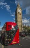 London-Bus, der das Parlament führt Stockbild