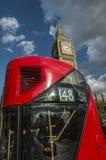 London-Bus, der das Parlament führt Lizenzfreies Stockbild