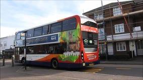 London-Bus, der weg von Halt zieht stock footage