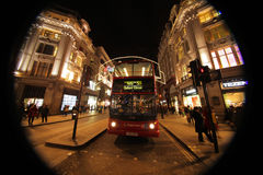 London-Bus an Oxford-Straße nachts Lizenzfreie Stockbilder