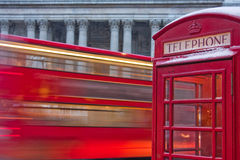 London-Bus und Telefonzelle im Schnee Lizenzfreie Stockfotografie