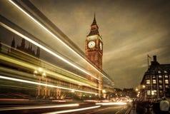 London buss framme av Big Ben Arkivfoto