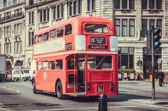 London buss med det applicerade retro filtret Arkivfoto