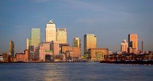 London, Canary Wharf in der Dämmerung stockfotografie