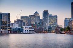 London, Canary Wharf-Geschäftsgebiet in der Dämmerung stockfotografie