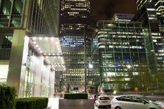LONDON, CANARY WHARF Großbritannien - 4. April 2014 beleuchtet quadratische Ansicht Canary Wharfs in Nacht stockbild