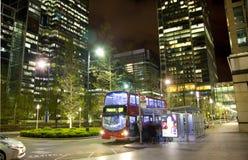 LONDON, CANARY WHARF Großbritannien - 4. April 2014 Canary Wharf-Rohr-, -bus- und -taxistation in der Nacht Stockfotografie