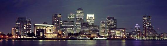 London Canary Wharf på natten Arkivbild