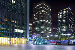 LONDON CANARY WHARF UK - APRIL 4, 2014 Canary Wharf rör-, buss- och taxistation i natten Arkivbild