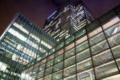 LONDON CANARY WHARF UK - APRIL 13, 2014 - modern glass arkitektur av den Canary Wharf affärsarian, Royaltyfria Bilder