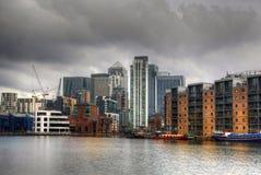 LONDON CANARY WHARF UK - APRIL 13, 2014 - modern glass arkitektur av den Canary Wharf affärsarian, förlägger högkvarter för banker Arkivfoto