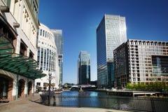 LONDON CANARY WHARF UK - APRIL 13, 2014 - modern glass arkitektur av den Canary Wharf affärsarian, förlägger högkvarter för banker Arkivfoton