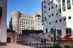 LONDON CANARY WHARF UK - APRIL 13, 2014 - modern glass arkitektur av den Canary Wharf affärsarian, förlägger högkvarter för banker Royaltyfria Foton