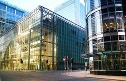 LONDON CANARY WHARF UK - APRIL 13, 2014 - modern glass arkitektur av den Canary Wharf affärsarian, förlägger högkvarter för banker Arkivbild