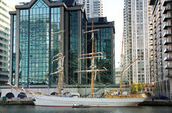 LONDON CANARY WHARF UK - APRIL 13, 2014 - modern glass arkitektur av den Canary Wharf affärsarian, förlägger högkvarter för banker Royaltyfria Bilder