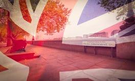 London Chelsea Embankment som blandas med den brittiska flaggan royaltyfria foton