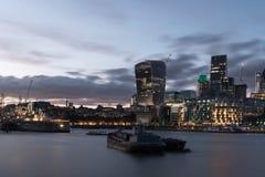 London cityscape- och walkietalkie på skymning Arkivfoton