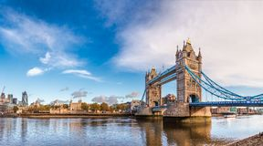 London cityscapepanorama med flodThemsen står högt bron och släp Royaltyfri Fotografi