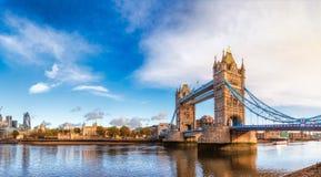 London cityscapepanorama med flodThemsen står högt bron och släp Arkivfoto