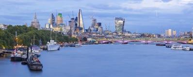 London - das Abendpanorama der Stadt mit den Wolkenkratzern in der Mitte und in Canary Wharf im Hintergrund stockfotografie