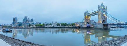 London - das Panorama der Turm-Brücke, des Turms, des Flussufers und der Wolkenkratzer in der Morgendämmerung Lizenzfreies Stockbild