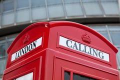 London, das Symbol roten Telefonkasten auf Geschäftscer nennt Stockfotografie