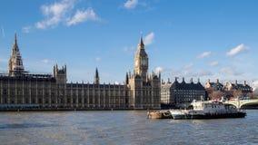 LONDON - DEC 9: Funktionsdugliga fartyg framme av husen av Parliam arkivfoton