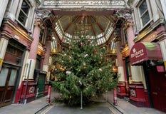 LONDON - DEC 20: Julgran på ingången till Leadenhall M Royaltyfria Bilder