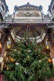 LONDON - DEC 20: Julgran på ingången till Leadenhall M Arkivbilder