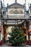 LONDON - DEC 20: Julgran på ingången till Leadenhall M Royaltyfria Foton