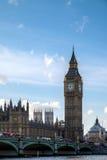 LONDON - DEC 9: Sikt av Big Ben och husen av parlamentet in royaltyfri bild