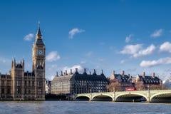LONDON - DEC 9: Sikt av Big Ben och husen av parlamentet in royaltyfria bilder