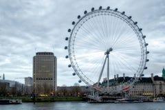 LONDON - DEC 20: Sikt av det London ögat i London på December 20, 201 Royaltyfri Bild