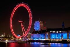 LONDON - DEC 20: Sikt av det London ögat på natten i London på D Royaltyfri Fotografi