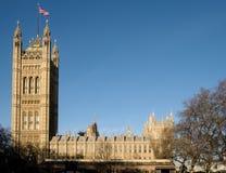 LONDON - DEC 9: Sikt av husen av parlamentet i London på D royaltyfri fotografi