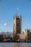 LONDON - DEC 9: Sikt av husen av parlamentet i London på D royaltyfri bild