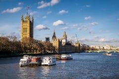 LONDON - DEC 9: Sikt längs flodThemsen till husen av PA royaltyfri fotografi