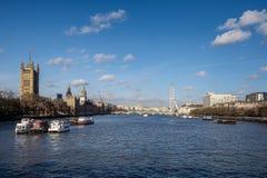 LONDON - DEC 9: Sikt längs flodThemsen till husen av PA arkivfoton