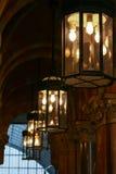 LONDON - DECEMBER 20: Gammalmodiga lampor på den St Pancras allmäntjänstgörande läkaren Royaltyfri Bild