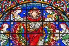 London - den återuppväckte Jesus Christ bland änglarna på målat glass i kyrkaSten Michael Cornhill Royaltyfria Foton