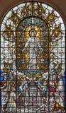 London - den återuppväckte Jesus med helgonen och domkyrkan för St Pausl på målat glass i St Clement Danes Fotografering för Bildbyråer