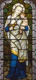 London - den symboliska huvudsakliga förtjänsten av förälskelse på målat glass i kyrkliga St Michael, Chester fyrkant Royaltyfri Fotografi