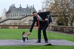 London: Der größte Mann der Welt und der kürzeste Mann treffen sich auf Guinness-Weltrekord Stockbild
