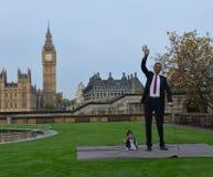 London: Der größte Mann der Welt und der kürzeste Mann treffen sich auf Guinness-Weltrekord stockfotografie