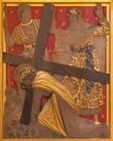 London - der Jesus-Fall unter das Kreuz als die Station des Kreuzes in der Kirche von St. James Spanish Place Stockfotografie
