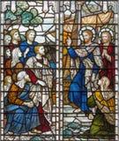 London - der Segen von St Paul der Apostel bevor dem Versenden auf dem Buntglas in Kirche Heiliger Dreifaltigkeit Brompton Stockbilder