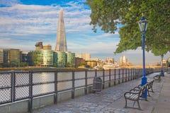 London - der Themse-Flussufer und -Scherbe von der Promenade im Morgenlicht Lizenzfreie Stockfotografie