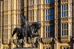 LONDON - 9. DEZEMBER: Statue Richard I außerhalb der Häuser von Parliame Stockbilder