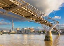London - die Jahrtausendbrücke und -wolkenkratzer im Abendlicht Stockbild